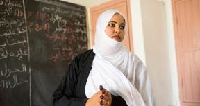 A third year student at ENI-NKTT (L'Ecole Normale des Instituteurs de Nouakchott) teaches a fourth grade Arabic class at Ecole Annexe primary school; Nouakchott, Mauritania. Credit GPE/Kelley Lynch